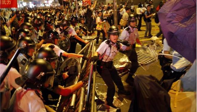 Επέστρεψε η βία στο Χονγκ Κονγκ: Νύχτα επεισοδίων με 20 τραυματίες
